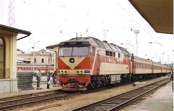 Train pulling into Vilnius station by LHOON