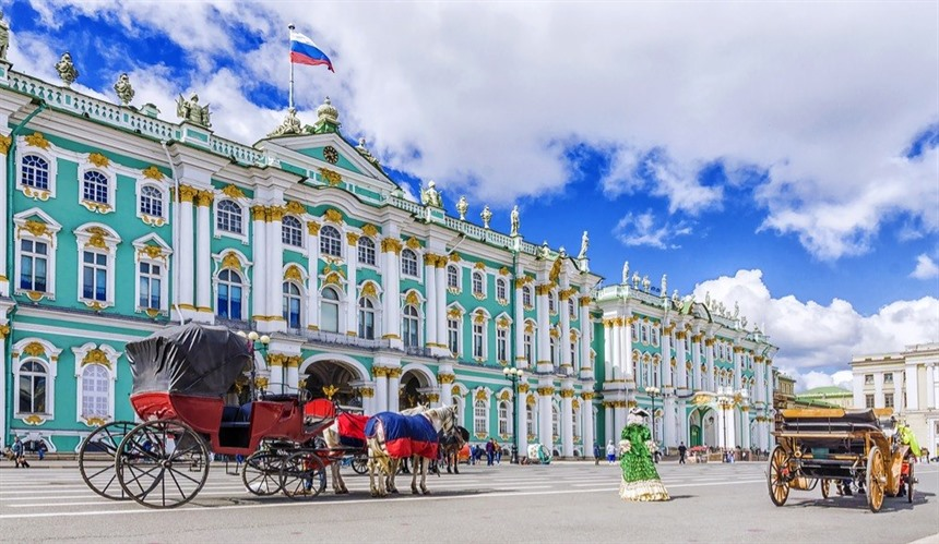 Horse-drawn carriages await in Palace Square, St Petersburg. © Shutterstock/dimbar76