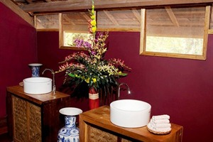 Forest Floor Lodge - bathroom