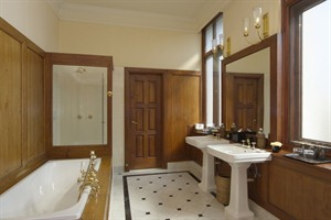 The Strand - Suite bathroom